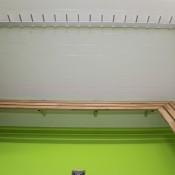 Garderobenanlagen ALU-rond mit Wandgarderobe und Sitzbank